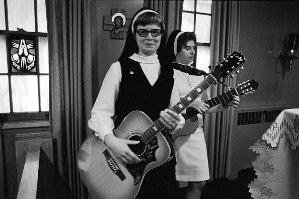 楽器「Two Nuns & Their Guitars」:写真・画像(19)[壁紙.com]