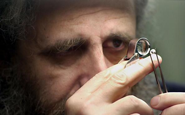 Examining「Diamond Trader Examines Diamond」:写真・画像(2)[壁紙.com]