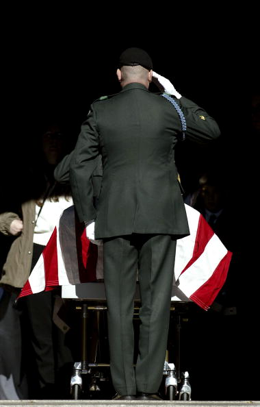 CH-47 Chinook「Funeral Held For U.S. Soldier That Died In Missile Attack」:写真・画像(13)[壁紙.com]