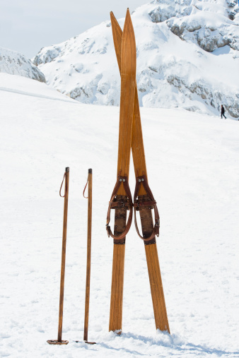 Alpine Skiing「Retro ski equipment against the mountain」:スマホ壁紙(9)