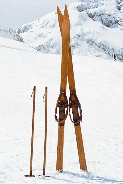 レトロなスキー用具を、山:スマホ壁紙(壁紙.com)
