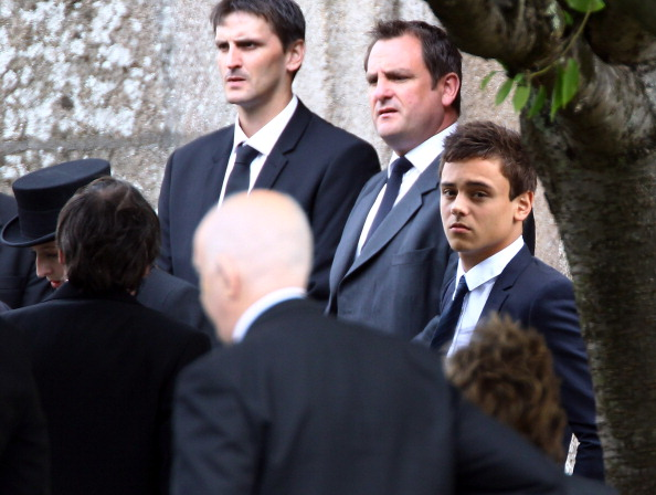 Waiting「Funeral For Olympic Diver Tom Daley's Father Robert Daley」:写真・画像(8)[壁紙.com]