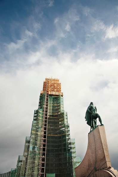 """Male Likeness「Hallgrêmskirkja church undergoing renovation work, Reykjavik, Iceland 2008 Designed by architect Gudjãn Sam""""elsson and completed in 1986 To the right is the statue of Leif Ericsson」:写真・画像(18)[壁紙.com]"""