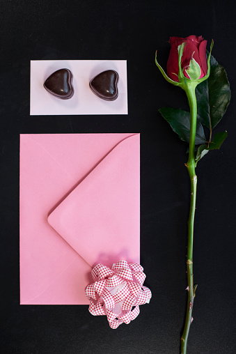 バレンタインデー「Shot of chocolate next to envelope and red rose. Debica, Poland」:スマホ壁紙(7)