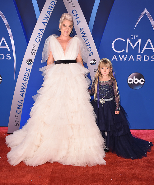 Singer「The 51st Annual CMA Awards - Arrivals」:写真・画像(11)[壁紙.com]