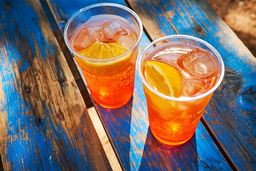Cocktail「Two cups of ice-cooled Spritz with orange slice」:スマホ壁紙(8)