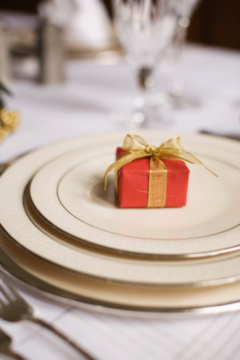 Plate「Formal table setting with wrapped present」:スマホ壁紙(8)