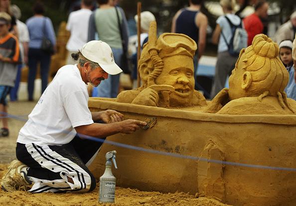 Sand Sculpture「A sand artist trowels away on his sculpture」:写真・画像(17)[壁紙.com]