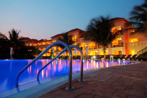 リゾート地「トロピカルなホテルのプールの夕暮れ」:スマホ壁紙(4)