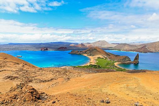 ガラパゴス諸島「Ecuador, Galapagos Islands, Bartolome, volcanic landscape with view to Santiago」:スマホ壁紙(7)