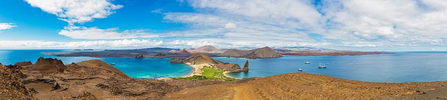 ガラパゴス諸島「Ecuador, Galapagos Islands, Bartolome, Pinnacle Rock with view to Santiago」:スマホ壁紙(18)