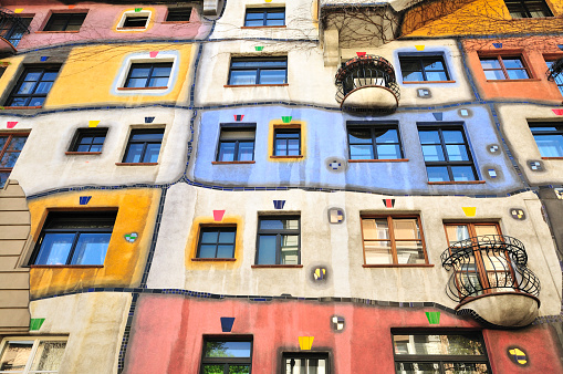 Vienna - Austria「Colourful Facade of the Hundertwasser House, Hundertwasserhaus, Vienna, Austria」:スマホ壁紙(4)