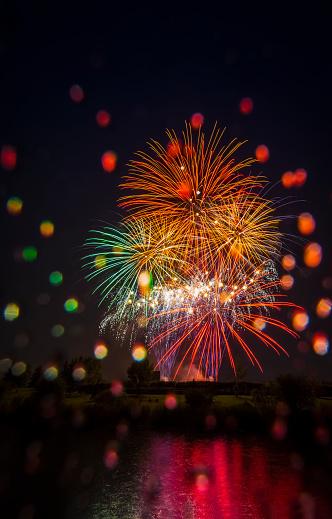 花火大会「Colourful fireworks display reflected in water on Canada Day」:スマホ壁紙(9)