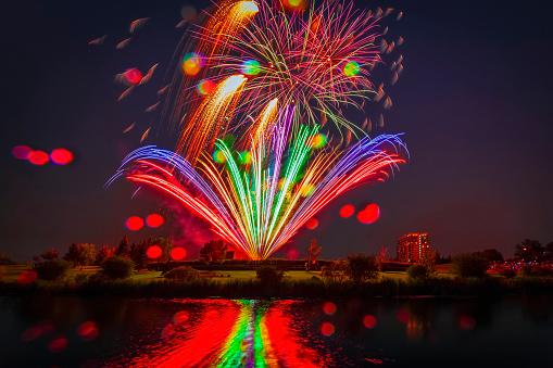 花火大会「Colourful fireworks display reflected in water on Canada Day」:スマホ壁紙(8)