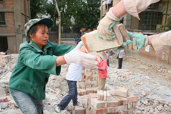 Construction Worker「Female Chinese migrant labourers collecting cleaned bricks during the demolition of residential housing in central Beijing」:写真・画像(16)[壁紙.com]
