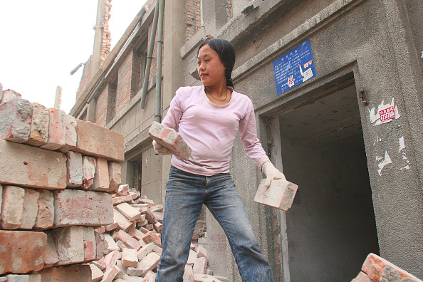 Vitality「A female Chinese migrant labourer cleaning bricks saved during the demolition of residential housing in central Beijing」:写真・画像(13)[壁紙.com]