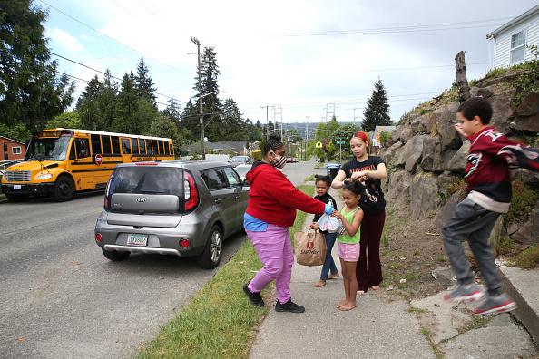 School Bus「Seattle School Bus Delivers Lunches To Kids During Coronavirus Shutdown」:写真・画像(17)[壁紙.com]