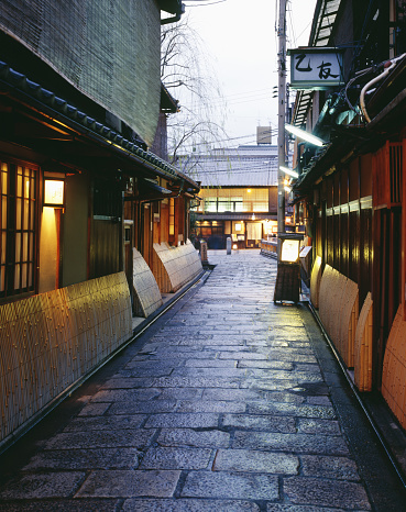 京都市「Small back lane near Tatsumi bridge, Kyoto, in dusk」:スマホ壁紙(1)