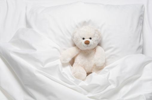 Stuffed Animals「Teddy bear on bed」:スマホ壁紙(2)