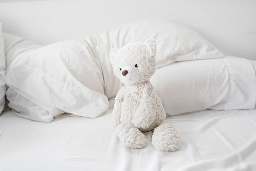 Stuffed Toy「Teddy bear on bed」:スマホ壁紙(2)