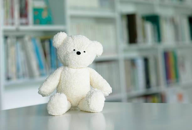 Teddy bear in library:スマホ壁紙(壁紙.com)