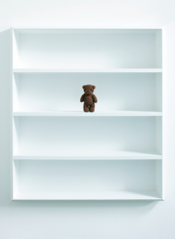 棚「A teddy bear in white bookshelf」:スマホ壁紙(0)