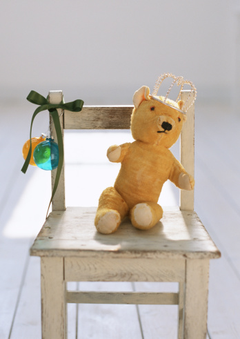 Omnivorous「Teddy bear with crown on small chair」:スマホ壁紙(7)