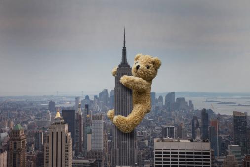 Conceptual Realism「A teddy bear climbing the Empire State building」:スマホ壁紙(18)