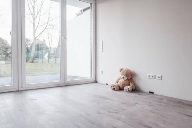 Teddy bear in empty room:スマホ壁紙(壁紙.com)