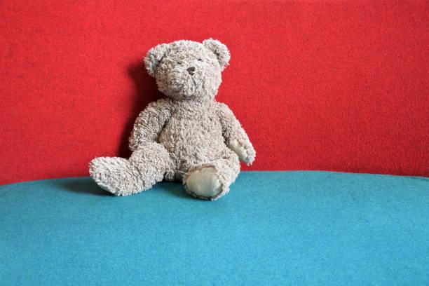 Teddy Bear Sitting on a Couch:スマホ壁紙(壁紙.com)