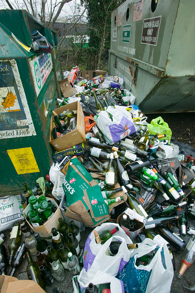 Recycling Bin「A full bottle bank overflowing with bottles to be recycled. Ambleside UK」:写真・画像(18)[壁紙.com]