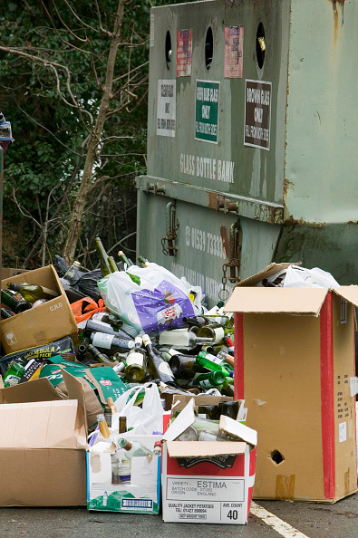 Recycling Bin「A full bottle bank overflowing with bottles to be recycled. Ambleside UK」:写真・画像(15)[壁紙.com]