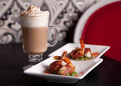 皿「Shrimps with bacon on plates and cocktail in glass」:スマホ壁紙(15)