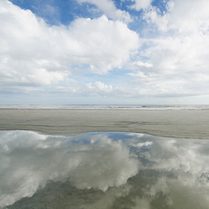 Puddle「USA, South Carolina, Folly Beach, Reflection of clouds in puddle, sea in background」:スマホ壁紙(15)
