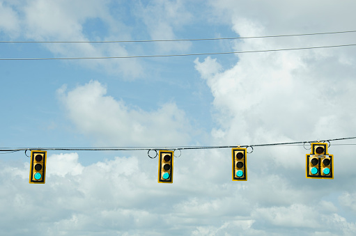 Stoplight「USA, South Carolina, Road signals on cable against cloudy sky」:スマホ壁紙(8)