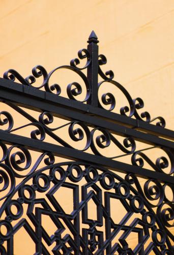 Charleston - South Carolina「USA, South Carolina, Charleston, Close up of ornate detail of iron gate」:スマホ壁紙(5)