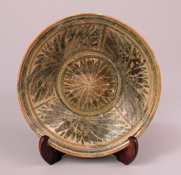 Shallow「Plate made with shallow rounded sides and a dense motif of chrysanthemum blossoms」:写真・画像(19)[壁紙.com]