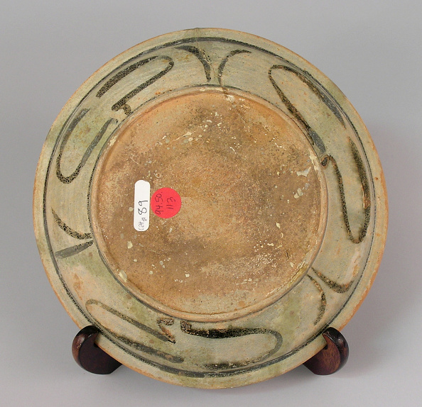 Shallow「Plate made with shallow rounded sides and a dense motif of chrysanthemum blossoms」:写真・画像(13)[壁紙.com]