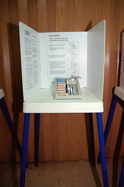 Display showing voting booth mechanism:スマホ壁紙(壁紙.com)