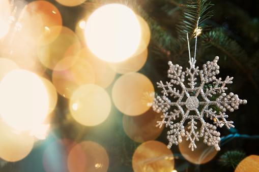 結晶「Snowflake ornament on Christmas tree」:スマホ壁紙(9)