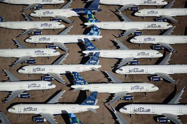 Economy「Commercial Airlines Park Dormant Planes At Pinal Airpark Outside Of Tucson, Arizona」:写真・画像(0)[壁紙.com]
