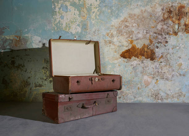 Vintage suitcases in room with decaying wall.:スマホ壁紙(壁紙.com)
