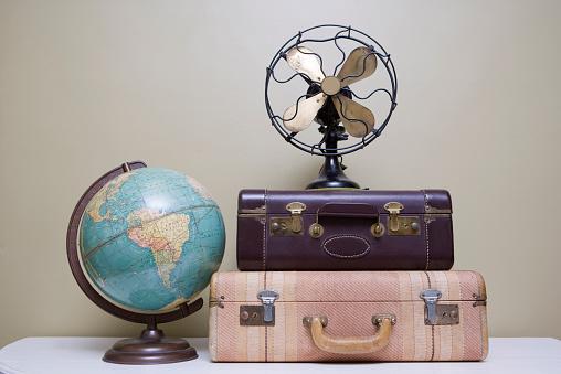 Contrasts「Vintage Suitcase, Fan and Globe」:スマホ壁紙(10)
