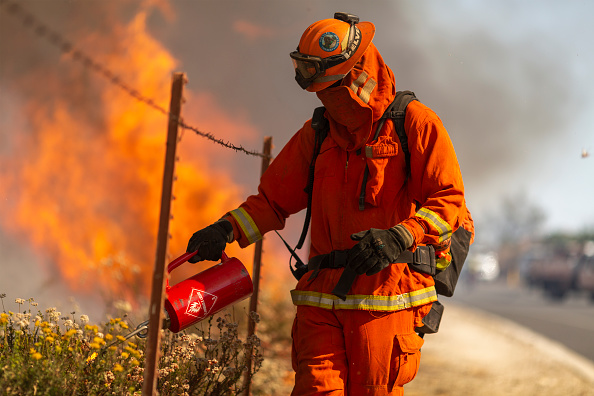 """Firefighter「""""Extreme"""" Santa Ana Winds Spark New Wildfires In Southern California」:写真・画像(9)[壁紙.com]"""