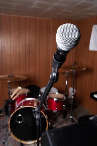 Rock Music「Microphone and drum set indoors」:スマホ壁紙(1)