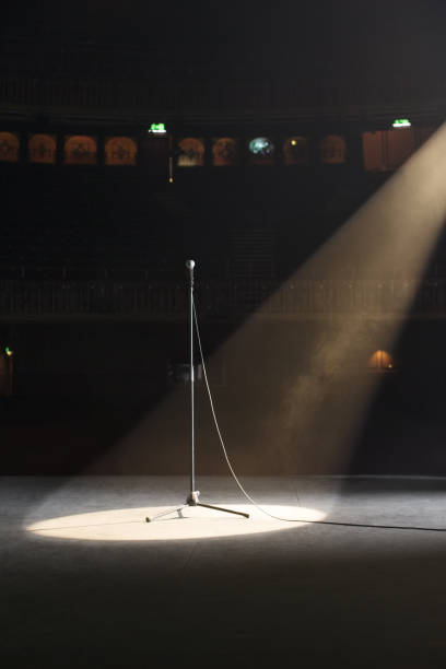 Microphone in spotlight on empty theater stage:スマホ壁紙(壁紙.com)
