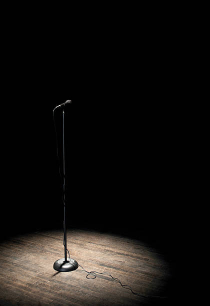 microphone under spotlight:スマホ壁紙(壁紙.com)