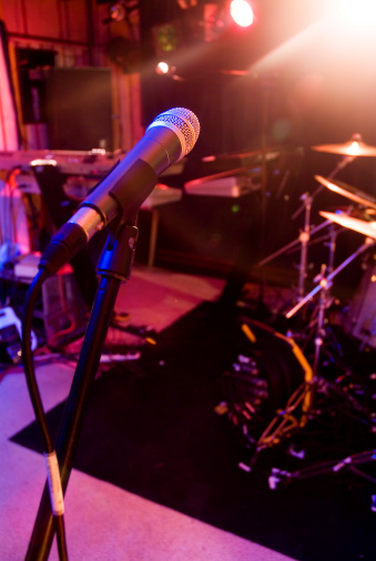 Rock Music「Microphone at a venue with drum kit in background」:スマホ壁紙(19)