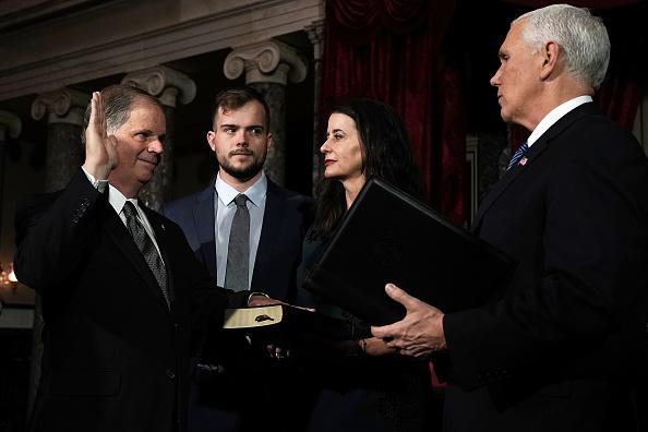 Alex Wong「Newly Elected Senators Doug Jones And Tina Smith Sworn Into Senate」:写真・画像(16)[壁紙.com]