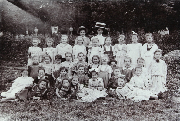 1900「Group Shot Of A Class Of About 10-Year Old Girls With Their Teacher In A Garden. About 1900. Photograph By Franz Wurm. Vienna.」:写真・画像(15)[壁紙.com]